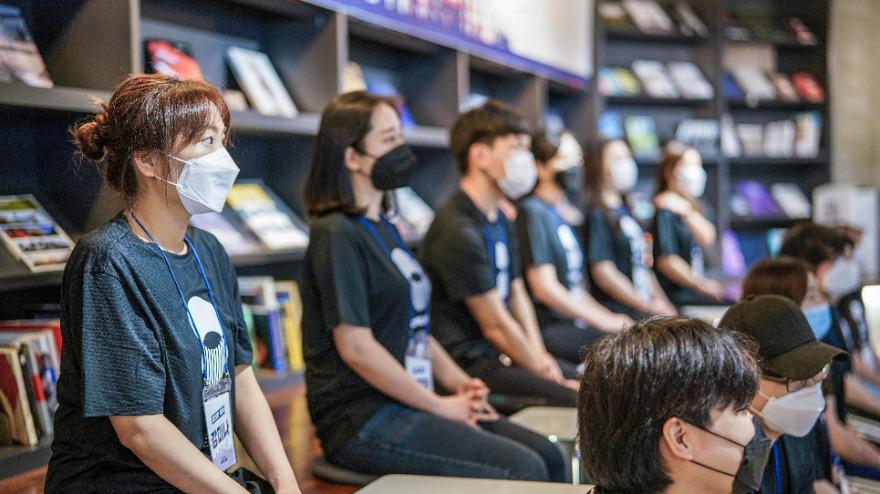 마스크를 쓰고 간격을 두고 발대식에 참석한 워킹크루 청년들